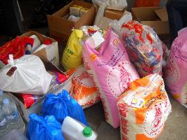 Dons alimentaires de produits de première nécessité (riz, de l'eau et produits d'hygiène).
